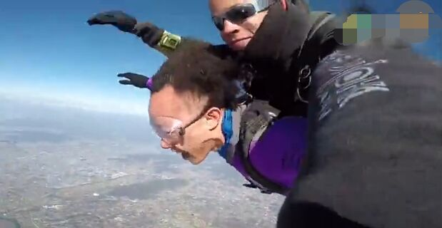 据报道, 近日,陈奕迅在个人社交平台上发了自己跳伞的视频,并说道:I am flying !。从视频中可以看出,陈奕迅跳伞时异常兴奋,而他的发际线也十分抢镜。 据报道, 近日,陈奕迅在个人社交平台上发了自己跳伞的视频,并说道:I am flying !。从视频中可以看出,陈奕迅跳伞时异常兴奋,而他的发际线也十分抢镜。 据报道, 近日,陈奕迅在个人社交平台上发了自己跳伞的视频,并说道:I am flying !。从视频中可以看出,陈奕迅跳伞时异常兴奋,而他的发际线也十分抢镜。 据报道, 近日,陈奕