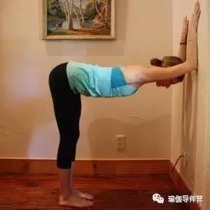 你练瑜伽辣么久肩膀还没打开?试试这个图片