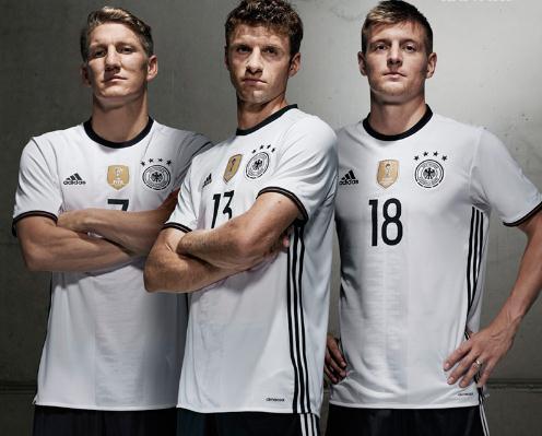 德国队也将穿上这件新球衣在周末的世界杯预选赛与圣马力诺队的比赛中图片