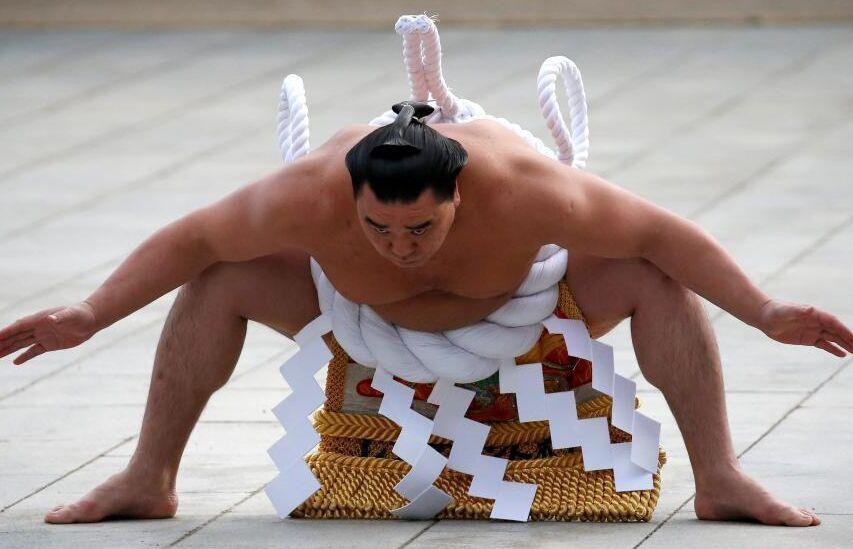 相扑选手在日本东京明治神宫前举行进行相扑表演