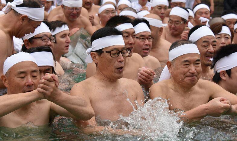 看着都冷!日本百人寒冬泡冰水 祈新年身体健康(图)