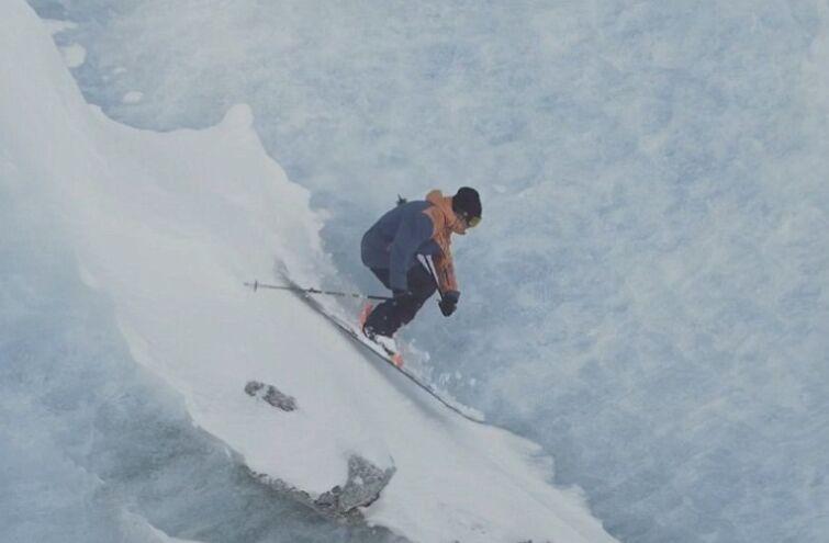 快速滑雪!男子冰川间翱翔 惊险刺激令人赞叹(图)