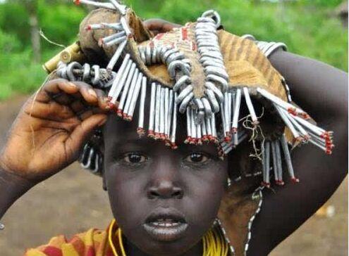 非洲人把我们随意丢弃的瓶盖做成珠宝,成为身份的象征