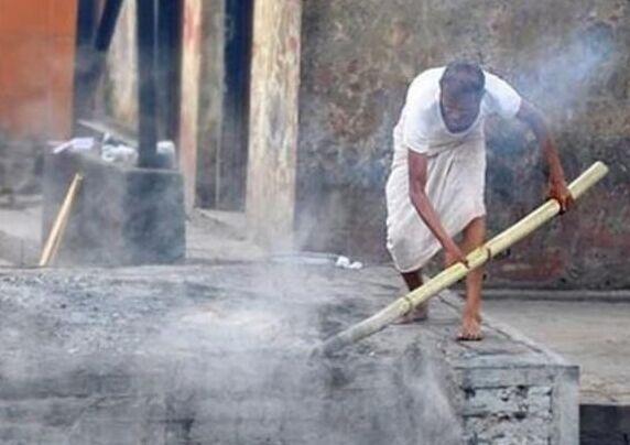 国外尼泊尔最神圣的工作:烧尸工