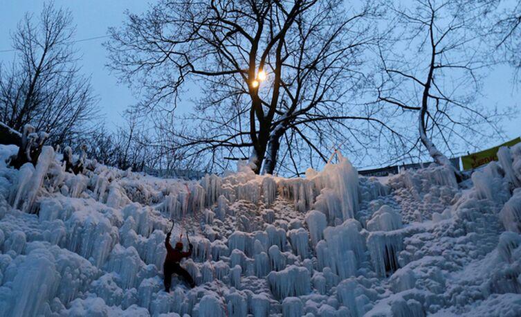 捷克筑人工爬冰雪墙 险峻陡峭成挑战胜地(组图)