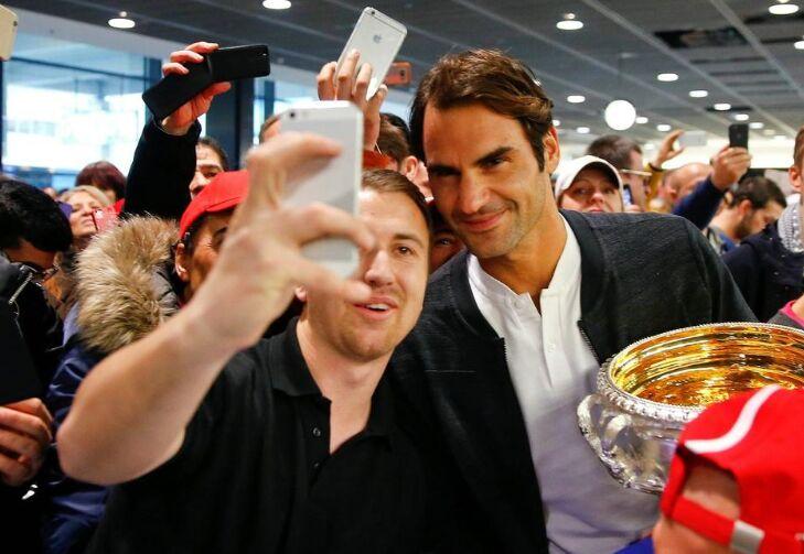 瑞士天王费德勒捧着澳网冠军奖杯归国 粉丝接机(图)
