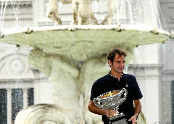 网球球星费德勒捧奖杯拍写真 再现迷人笑容(图)