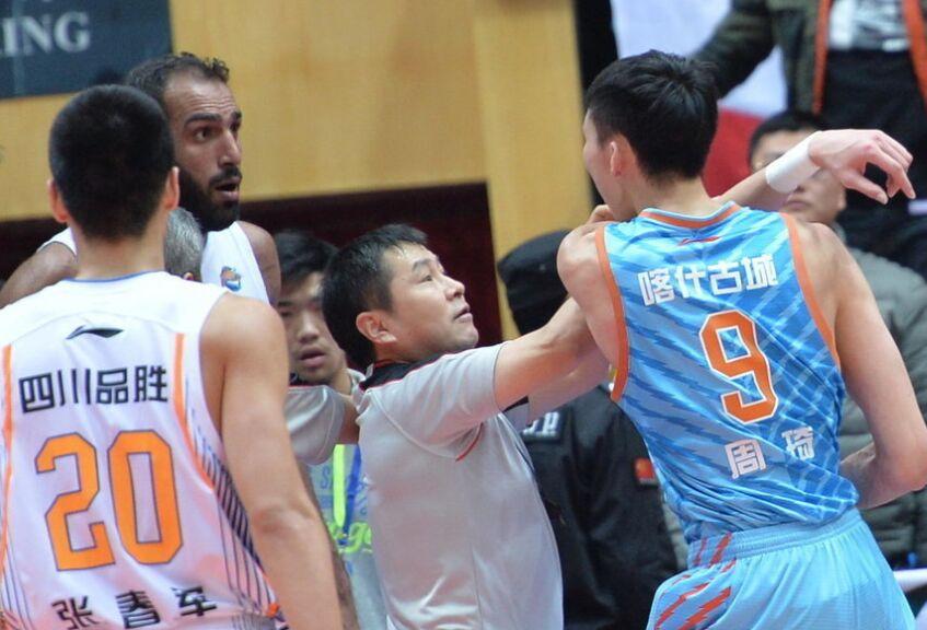 CBA常规赛:新疆队周琦遭锁喉挥拳揍哈达迪(图)