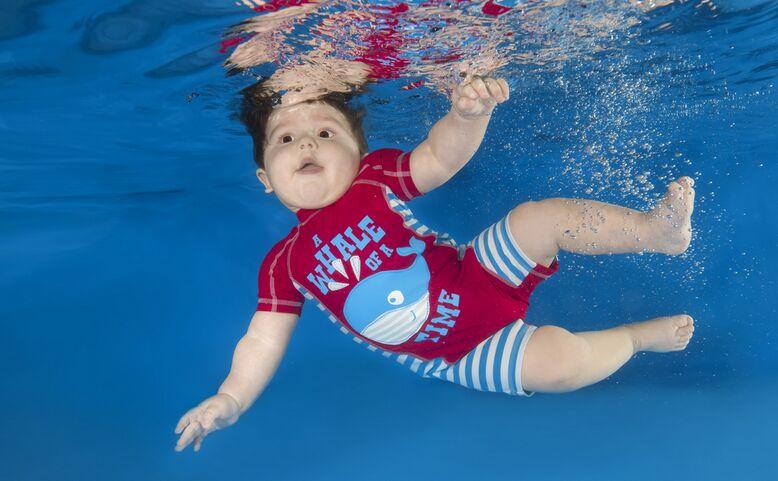 国外小婴儿拍水下写真 玩转cosplay超萌(组图)