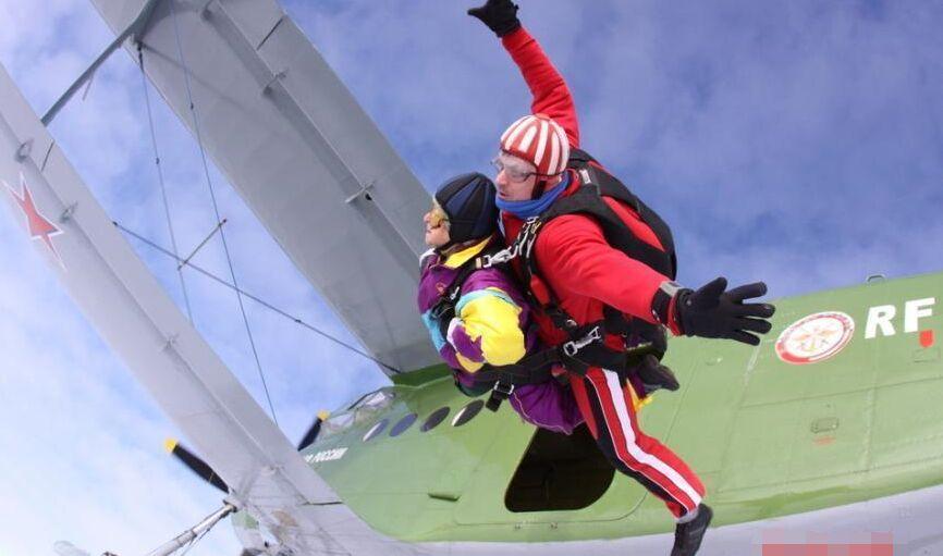 80岁老人生日当天完成极限挑战高空跳伞(组图)