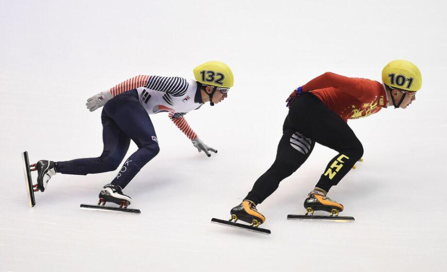冬季运动会短道速滑 范可新摔倒女队接力幸运晋级