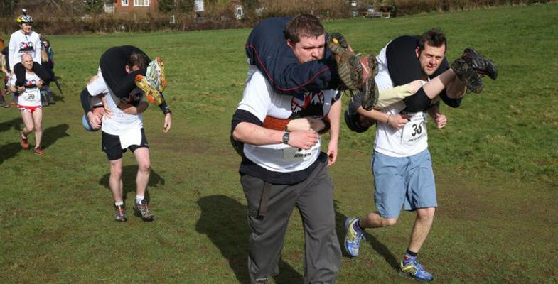 3月5日英国举办背媳妇大赛 扛起狂奔姿势怪异(图)