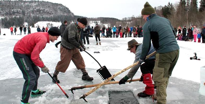 挪威举行传统采冰比赛 参赛选手在冰冻湖面上卖力