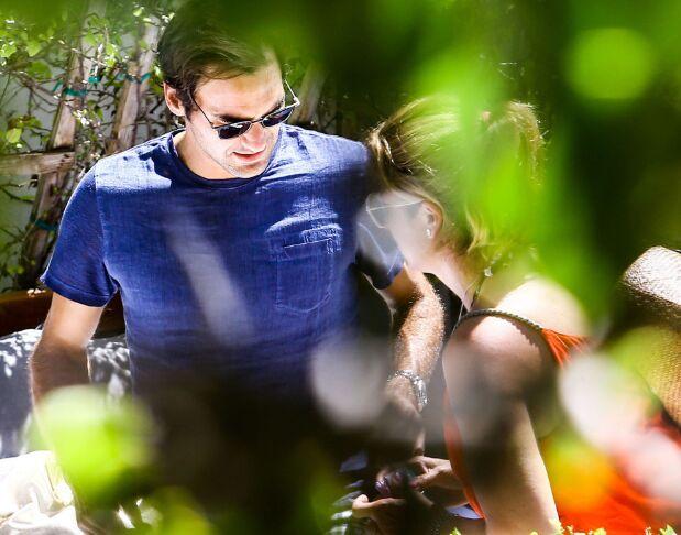网球球星费德勒拖家带口外出赤裸上身享受日光浴