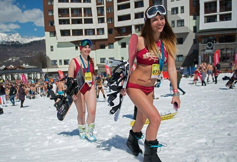 俄罗斯在玩比基尼滑雪 活动约吸引了两万人参加(图)