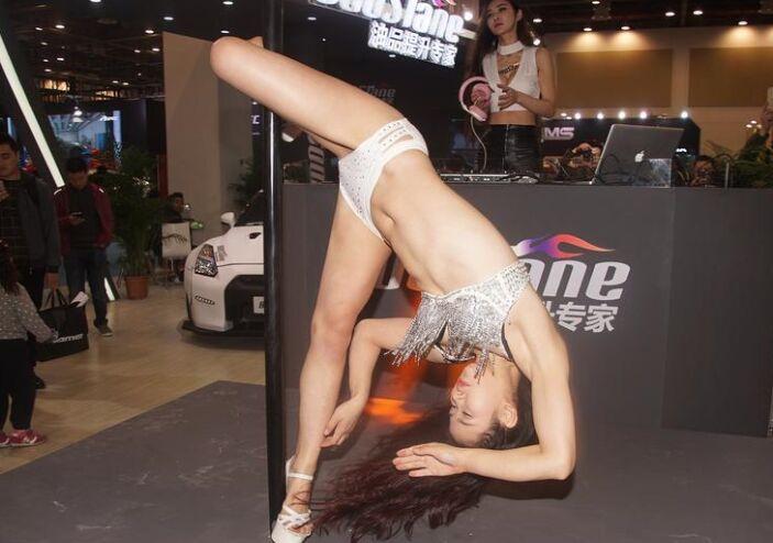 性感钢管女郎着比基尼装钢管前高难度表演(图)