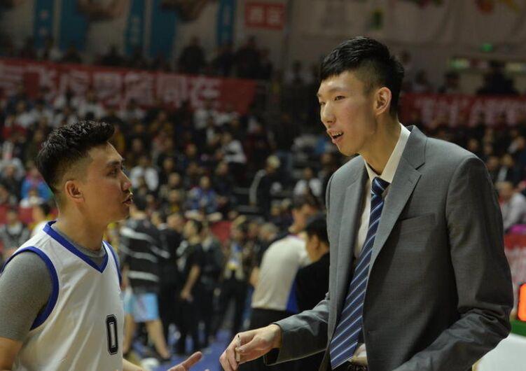 娱乐篮球赛周琦化身教练 庆功晚会2队互不相让