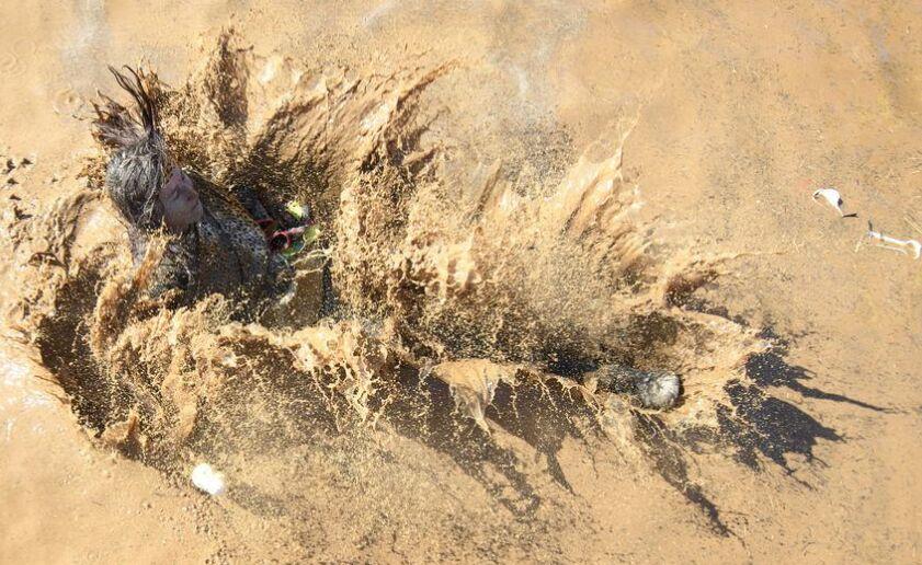 极限赛跑活动 众人穿越泥地障碍趣味十足(组图)