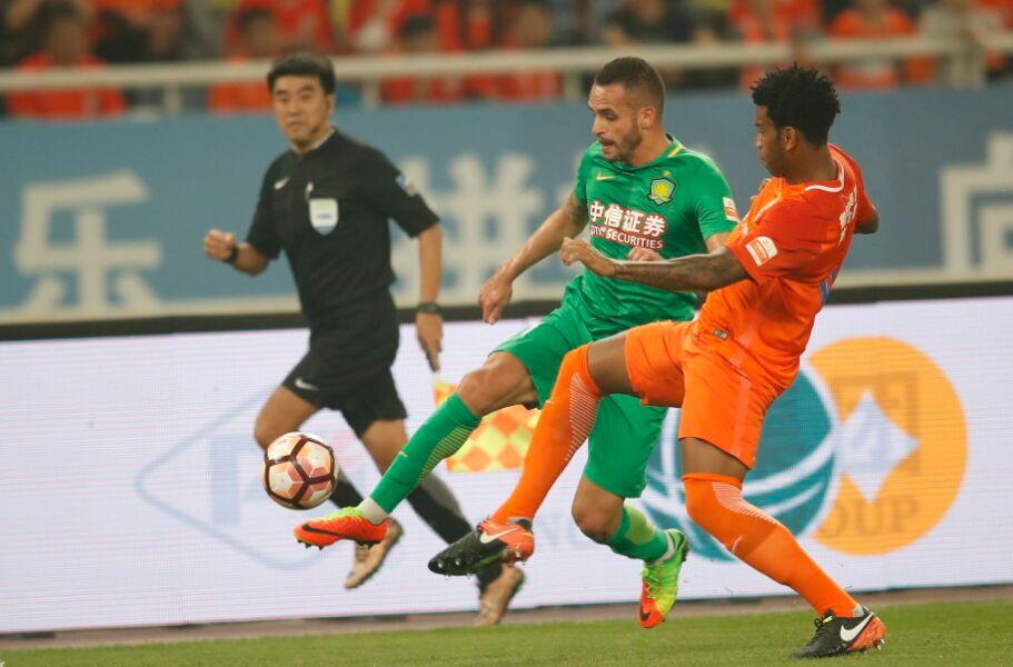 中超联赛:山东鲁能队1-0战胜北京国安队(组图)