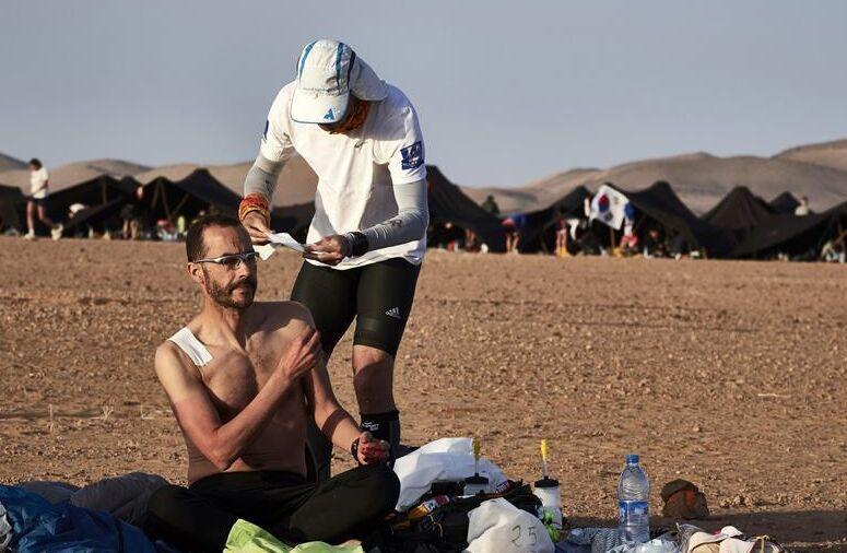 摩洛哥沙漠超级马拉松赛 选手极限环境下挑战自我