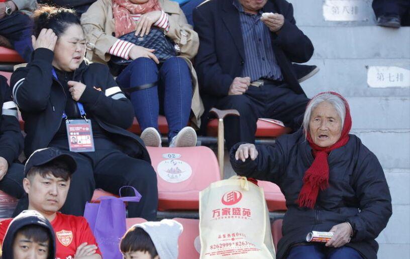 延边富德对阵华夏幸福赛场边上白发奶奶看台助威延边