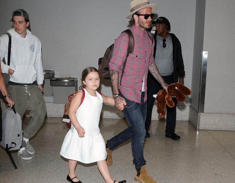 贝克汉姆带儿女现身机场 左手玩偶十足奶爸范儿