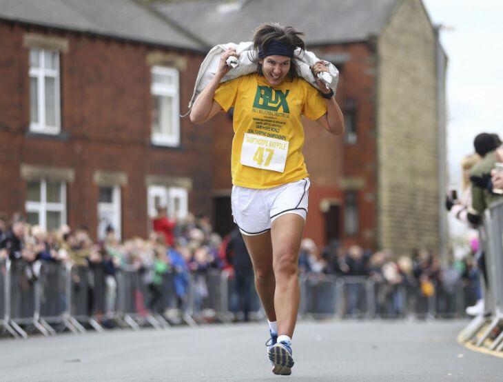 英国约克郡戈索普 男女选手扛起大袋媒跑步锦标赛