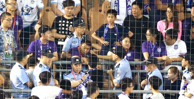 中超联赛:天津泰达0-1上海上港球迷发生骚乱