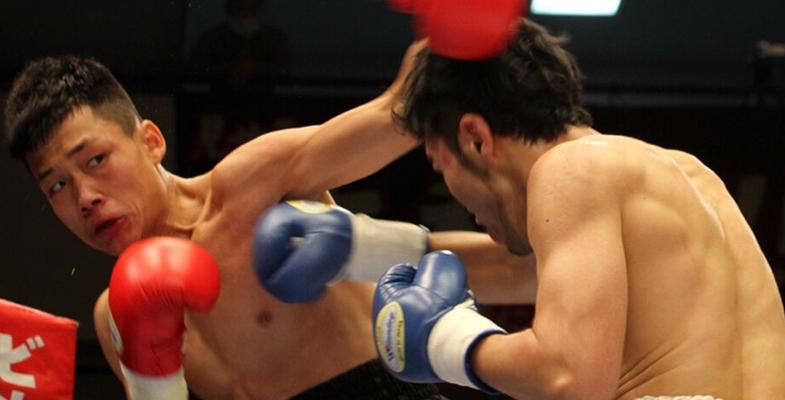 日本东京格斗:中国拳手范志良KO日本拳手赢得胜利