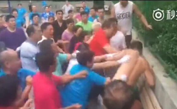 真是疯狂!打篮球的年轻人和跳广场舞大叔发生冲突