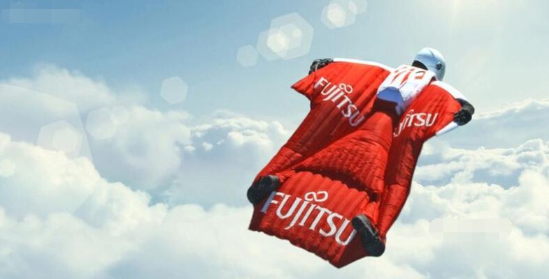英国特技飞行勇士着飞行衣以400km时速破纪录