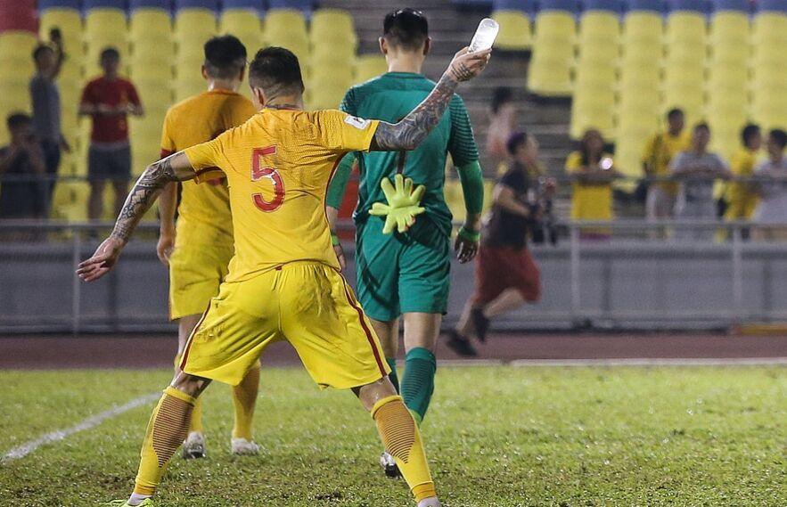中国男足2-2叙利亚 补时丢球张琳芃怒摔水瓶