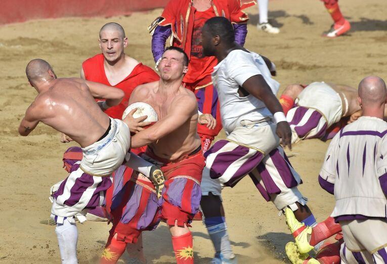 """佛罗伦萨传统暴力足球赛 选手抱摔挥拳野蛮""""肉搏"""""""