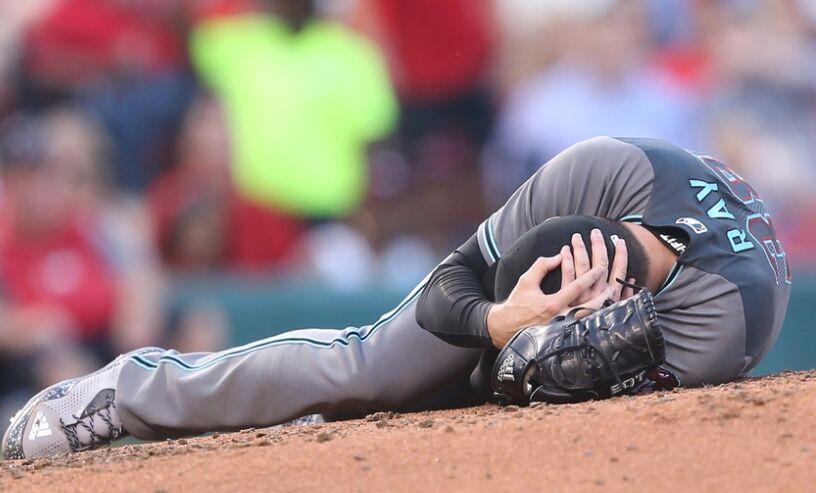 MLB常规赛亚利桑那响尾蛇投手被球击中脑袋受伤倒地