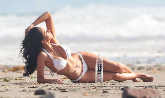 名模梅利莎·里索海边凹造型拍大片秀身材健美(组图)