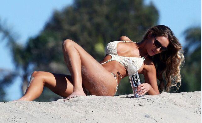 足球宝贝海边大片 侧卧沙滩大秀丰满迷人玉体(图)