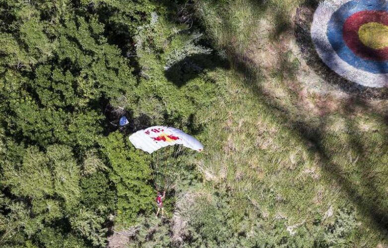 美国跳伞高手再现惊人之举 24小时内跳伞63次(组图)