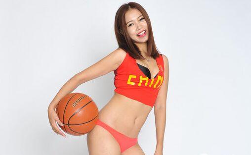 笑容甜美篮球宝贝黑丝美腿挥舞五星红旗助阵国篮
