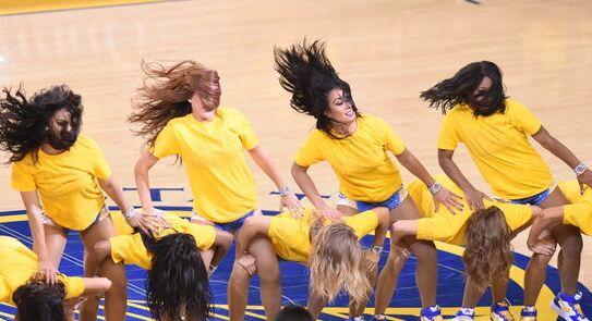 篮球宝贝激情热舞为勇士球队加油助威