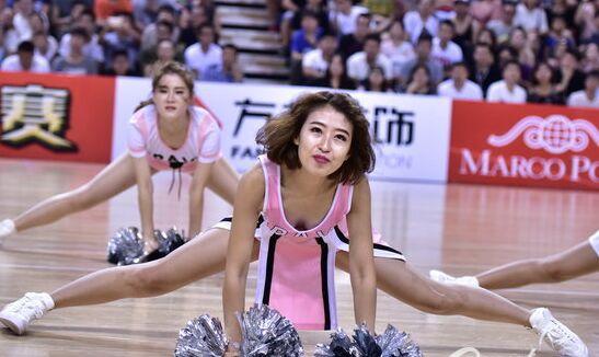 辽宁衡润vs深圳新世纪 篮球宝贝热舞助威(图)