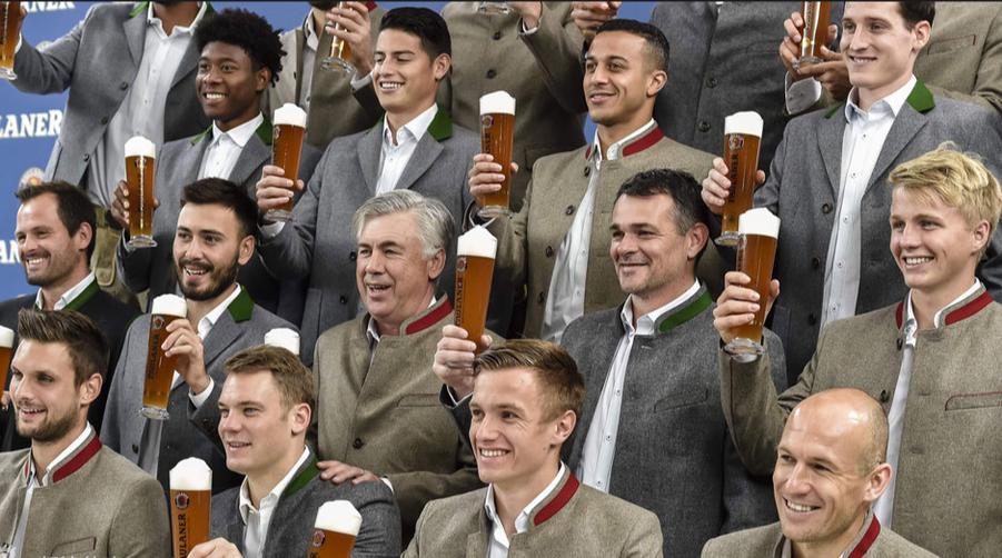 拜仁众将助阵慕尼黑啤酒节场面壮观