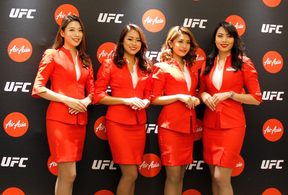靓丽空姐助阵亚航UFC签约仪式