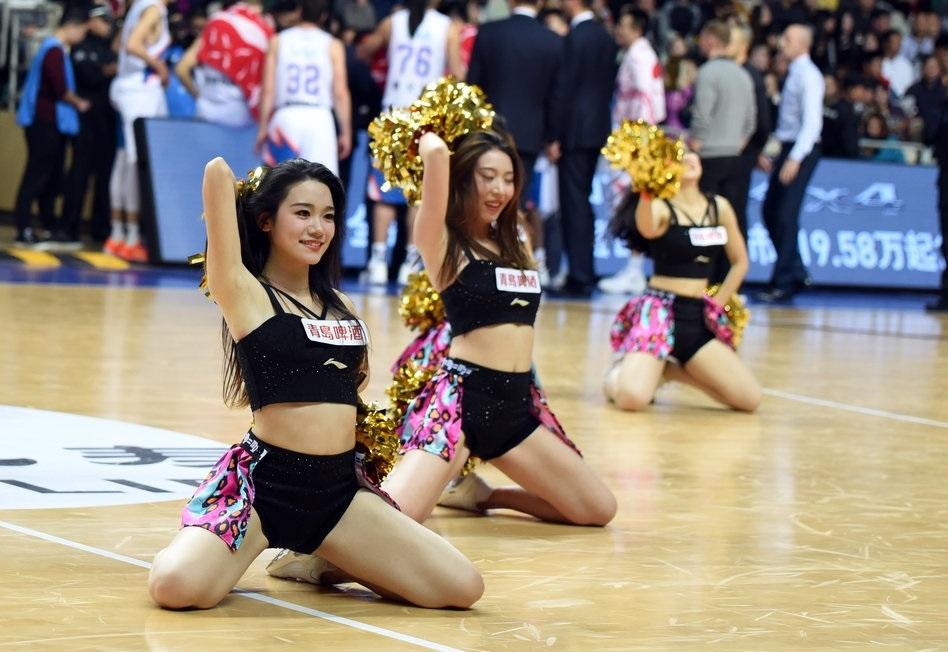 上海啦啦队宝贝跪地尽展妩媚