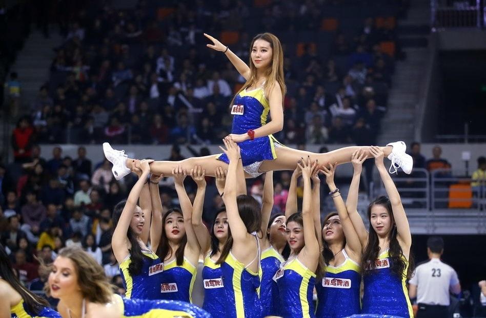 广东男篮啦啦队学生服热舞惹眼