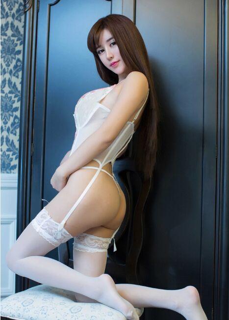 大胆美女裸体艺术摄影_美女大胆人体艺术写真 半裸秀酥胸和美背