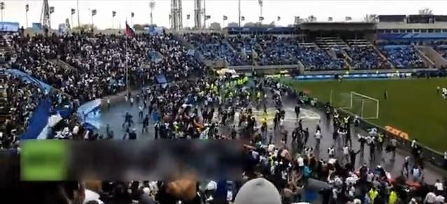 球场暴乱 实拍球迷追打对方球员
