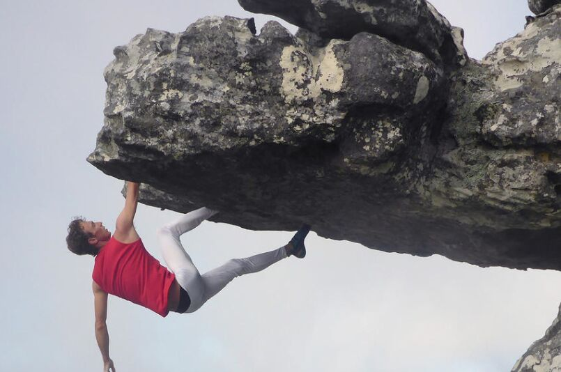 南非15岁勇敢攀爬者峭壁边缘玩倒挂让人捏了一把汗