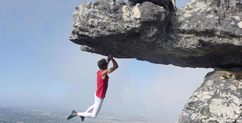 南非15岁勇敢攀爬者峭壁边缘玩倒挂