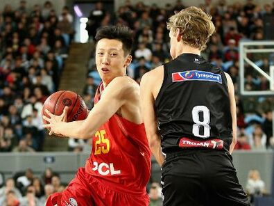 中国男篮蓝队热身负澳洲劲旅 cba球员李根篮下强攻