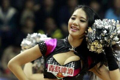 啦啦队热舞助阵CBA季后赛 甜美笑容和舞姿诱惑